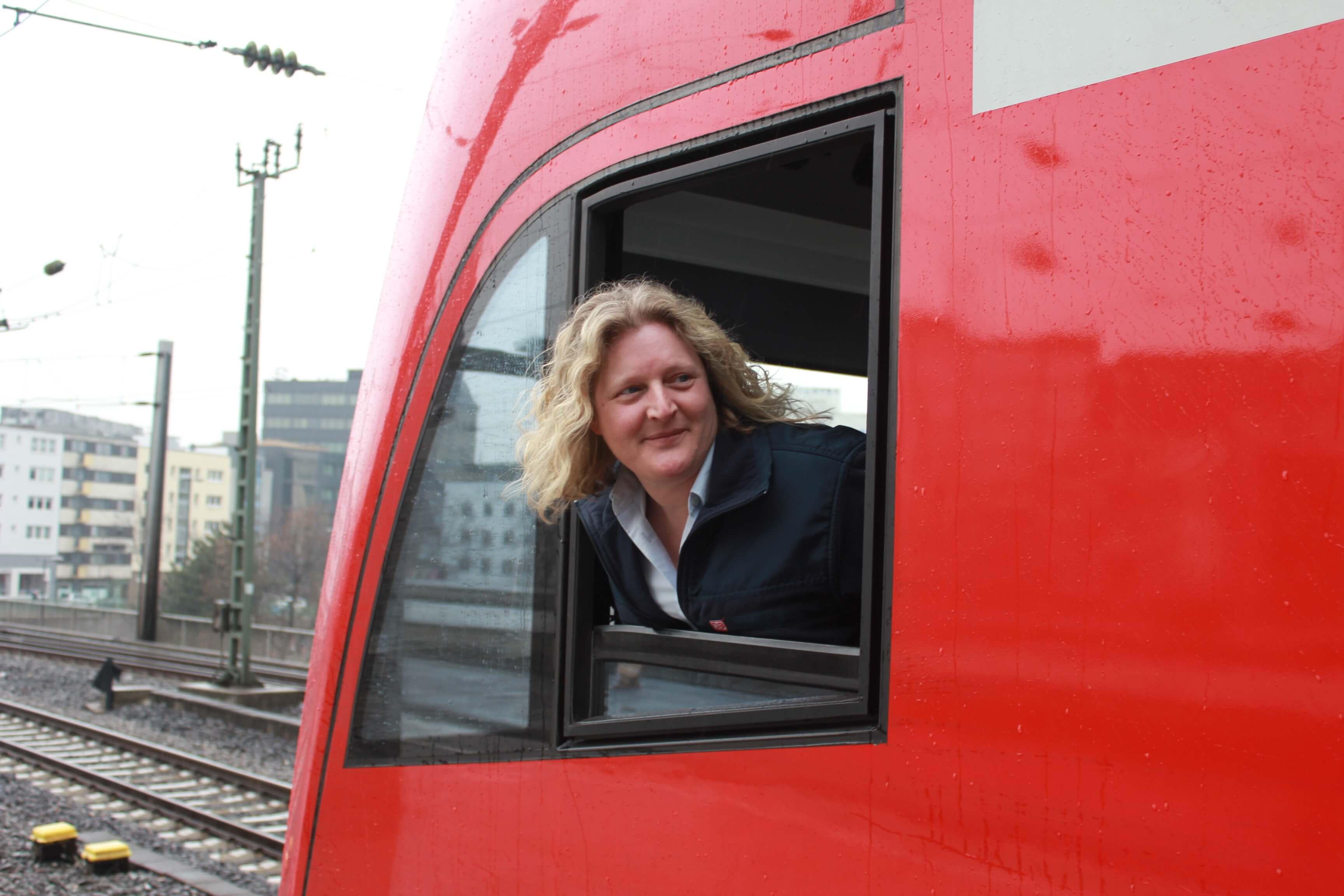 Lokführerin Sonja Holländer wartet auf die Abfahrt ihres RE 1 Richtung Aachen im Kölner Hauptbahnhof.